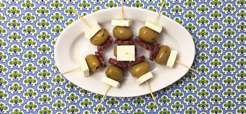 Platte mit leckeren Käse-Oliven-Sticks