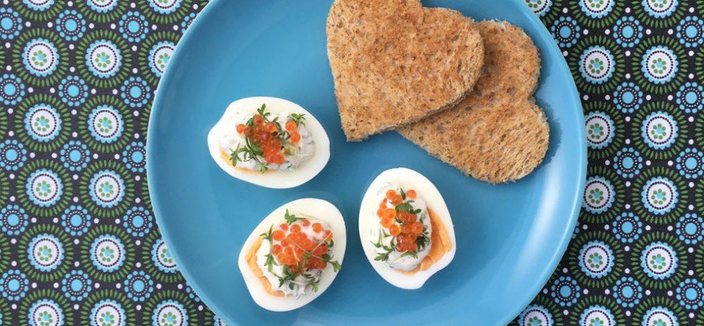 Ei mit Kaviar-Kresse an Toast