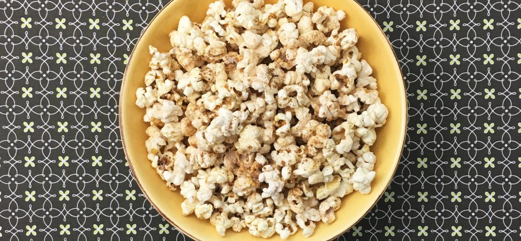 Schüssel mit süßem Popcorn