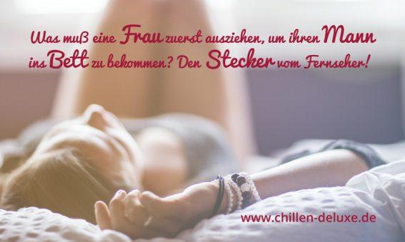 Postkarte: Frau liegt entspannt auf ihrem Bett