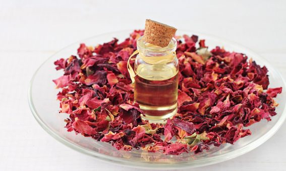 Aromaöl-mit-Blütenblätter auf Teller