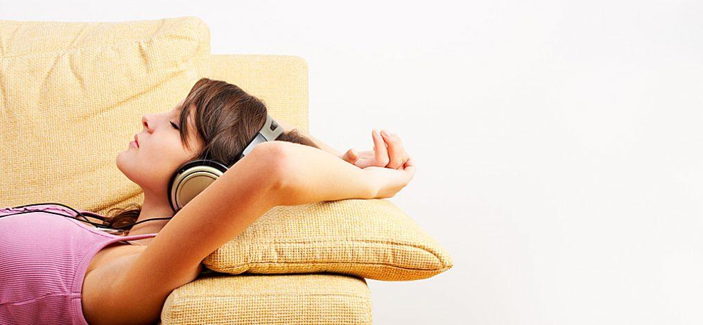 Frau-mit-Kopfhoerer-auf-Couch