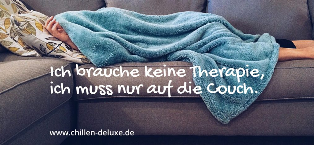 Postkarte: Mann liegt mit Decke auf Sofa