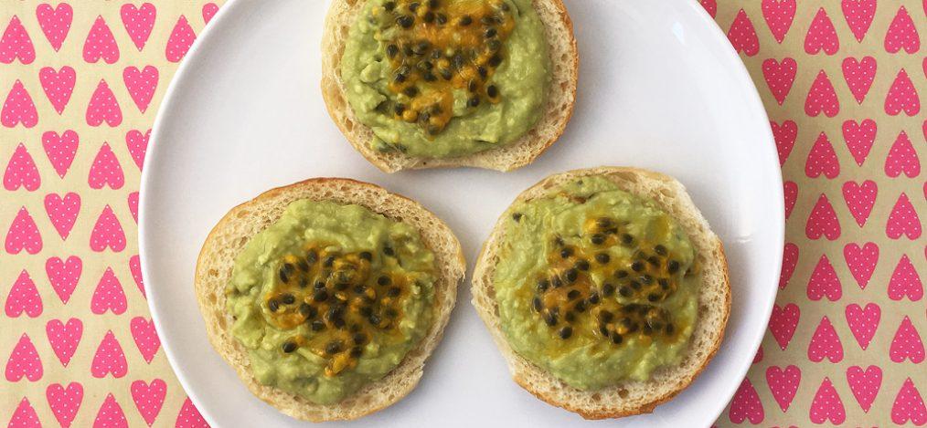 Teller mit Brötchen mit Avocado-Maracuja-Aprikosen-Creme