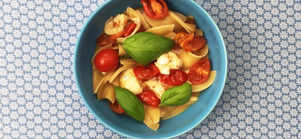 Schale mit Bandnudeln Tomate Mozzarella