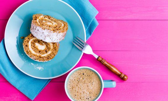 blaue Serviette mit Dessert auf Holz