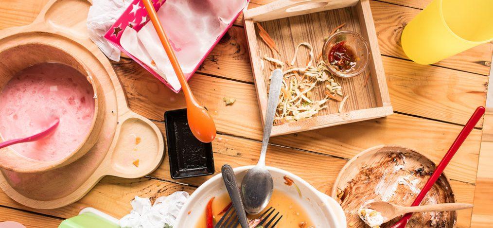 dreckige Teller und Speiseabfälle auf Tisch