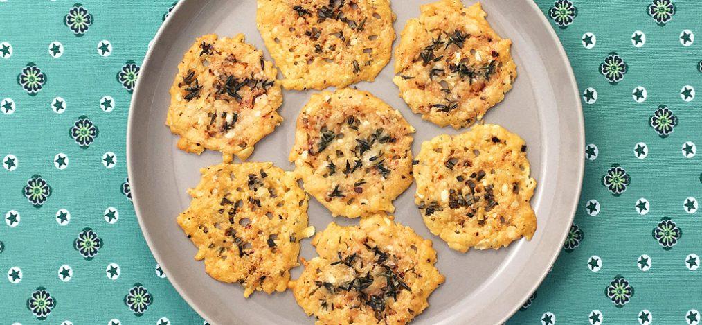 Teller mit Käse-Cracker-mit-Kräutern