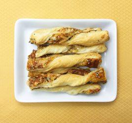Platte mit Käsestangen Mohn und Sesam