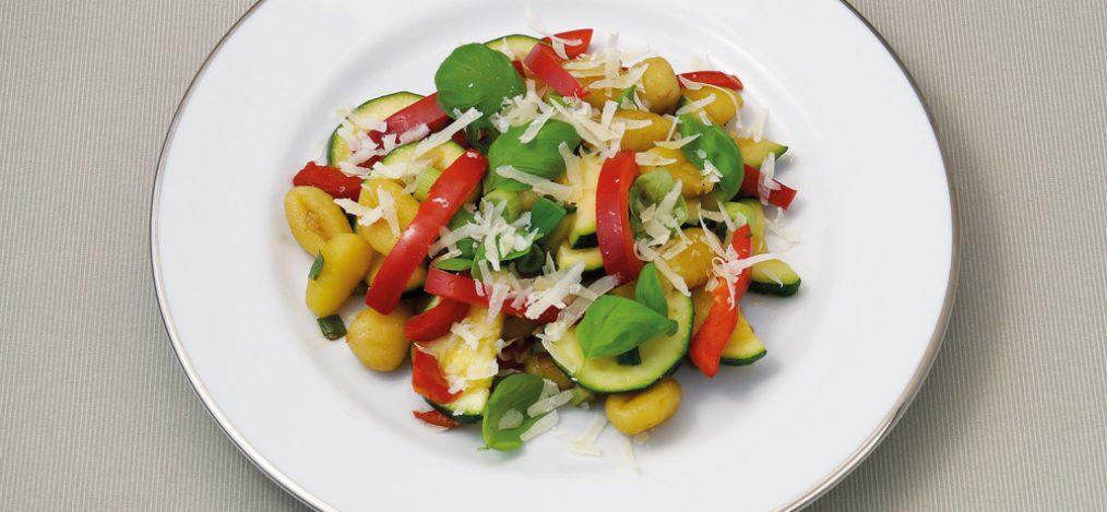 Teller mit Gnocchi Gemüse Salat