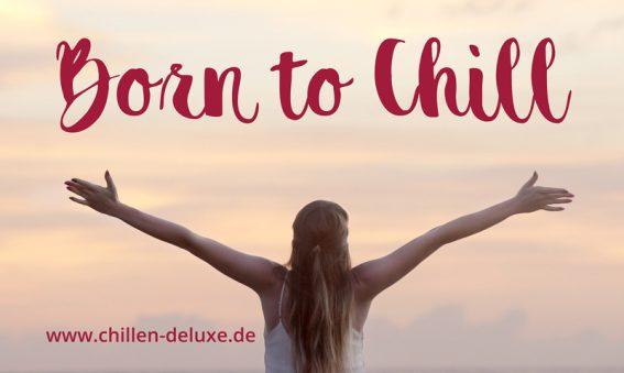 Postkarte: Frau mit offenen Armen am Horizont