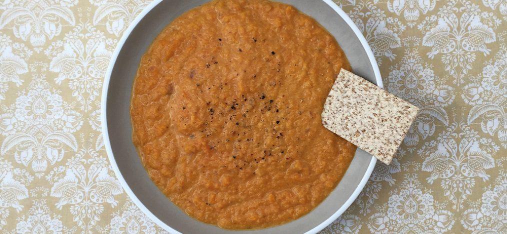 Schale mit Möhren-Apfel-Suppe