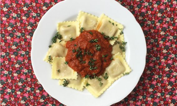 Teller mit Ravioli in Tomaten-Thymian-Sauce