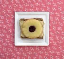 Teller mit Toast-Hawaii-Deluxe