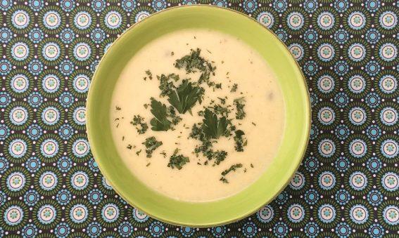 Schale mit Blumenkohl Suppe mit Schafskäse