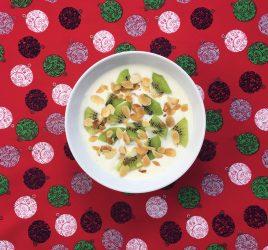 Schälchen mit Kiwi-Mandel-Joghurt