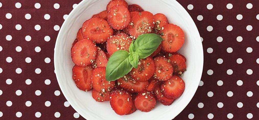 Schale mit Pfeffrige-Erdbeeren mit Basilikum