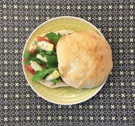 Teller mit Serrano-Hummus auf Fladenbrot
