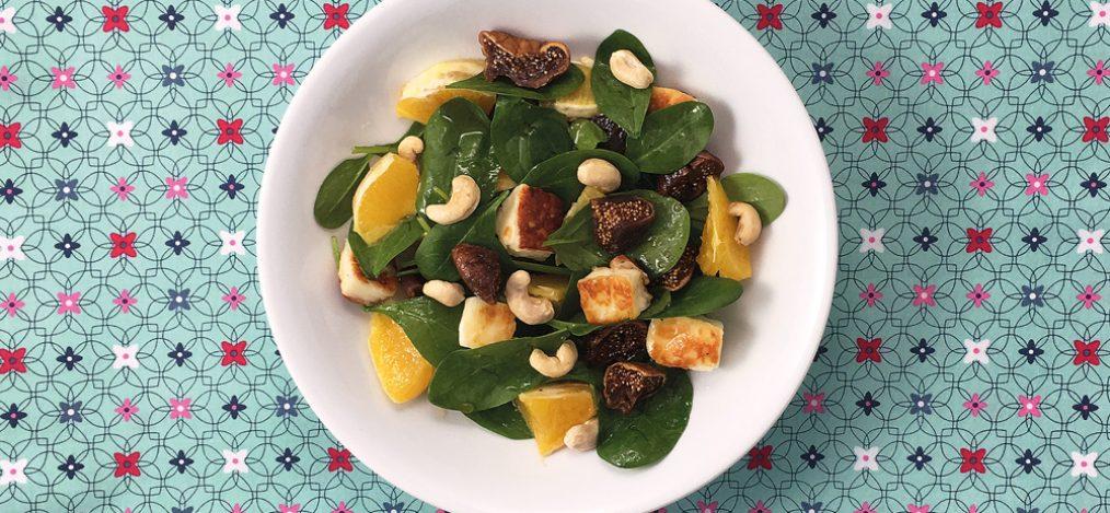 Schale mit Spinatsalat mit Halloumi-Feigen