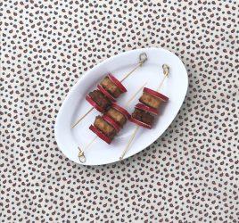 Kleine Platte mit würzigen Tofusticks mit Radieschen