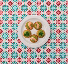 Teller mit Avocado-Garnelen-Creme auf Cracker